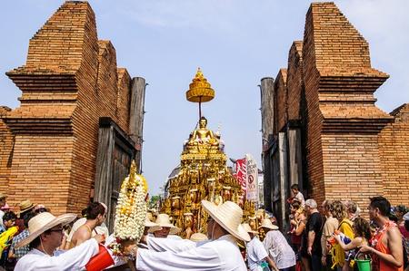チェンマイ タイ-4 月 13,2013 - チェンマイのソンクラーン祭り。入浴仏・ プラ ・ シンの伝統は年次的に行進しました。尊重すると faith.on 4 月 13,2013