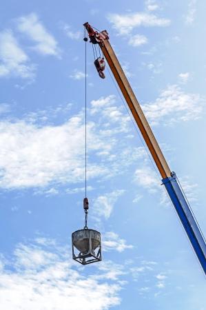 hijsen: Crane hijsen betonnen bak op bouwplaats