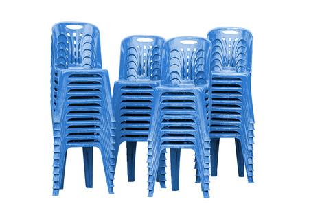 白地に青のプラスチック椅子のスタック