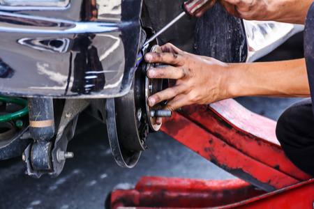 交換修理サービス ステーションでの自動車用ブレーキ車メカニック技術者労働者 写真素材