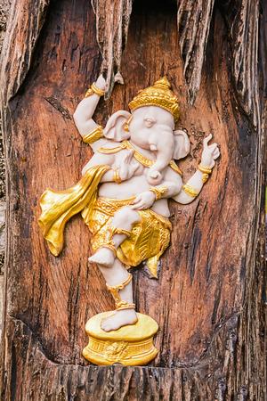 bas relief: Ganesha statue bas-relief dans un tronc d'arbre