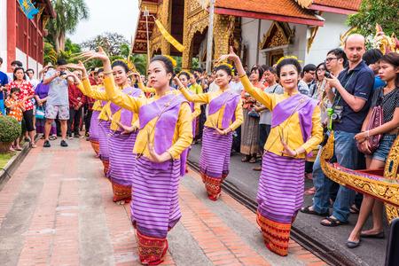 チェンマイ、タイ - 4 月 13 日: 正体不明のタイ女性ダンサーは 4 月のソンクラン (タイ正月) の寺院の言葉遣い、チェンマイ、タイで 13,2015。