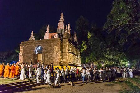 klerus: Chiang Mai 1. Juni: Der Klerus und die Buddhisten Kerze um mock Bodh Gaya Pagode in Vesak Day im Jed Yod Tempel in Chiang Mai Thailand beleuchtet am 1. Juni 2015. Editorial