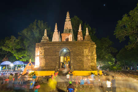 klerus: CHIANG MAI THAILAND  JUN 01: Clergy and Buddhists candle lit around mock bodh gaya pagoda in Vesak Day at Jed Yod temple on June 01 2015 in Chiang Mai Thailand.