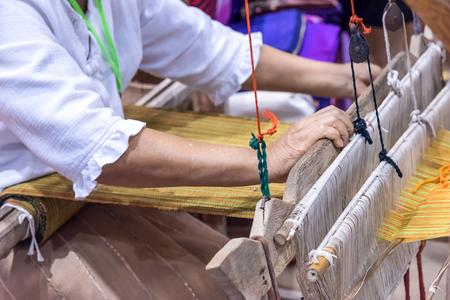 伝統的な綿不織布を編む女性の手。