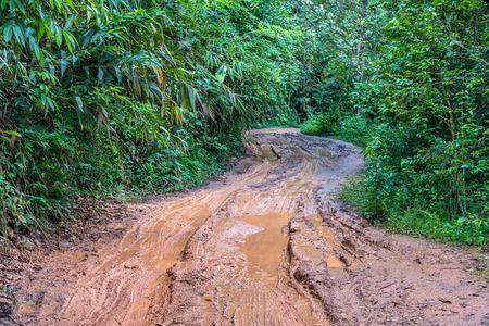 田舎の泥だらけの道路でトラックをタイヤします。田舎のトラフィックをルーティングします。 写真素材