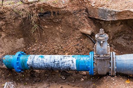 ca�er�as: Tuber�as de agua de PVC de pl�stico en el suelo durante el sitio de construcci�n Fontaner�a.