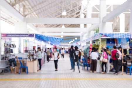 Abstract people walking in exhibition blurred defocusing background, Concept of business social gathering for meeting exchange. Banque d'images