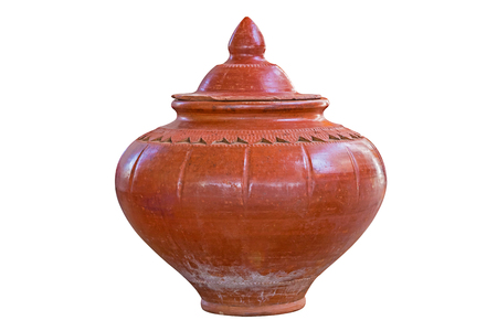 ollas de barro: Las ollas de barro con tapas aisladas en blanco, con el camino. Foto de archivo
