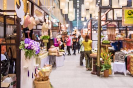展覧会を歩いて抽象的な人々 には、デフォーカス背景、ビジネス懇親会交流会のコンセプトがぼやけています。