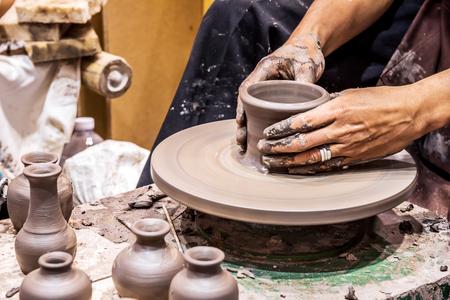 陶器のホイールに作業の手は、花瓶、選択と集中の範囲で作り出されました。 写真素材