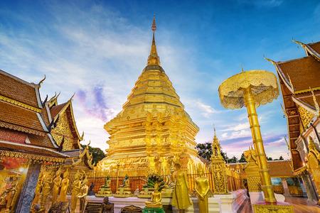 도이 수텝 사원의 탑 치앙마이 지방, 태국의 가장 유명한 랜드 마크. 스톡 콘텐츠