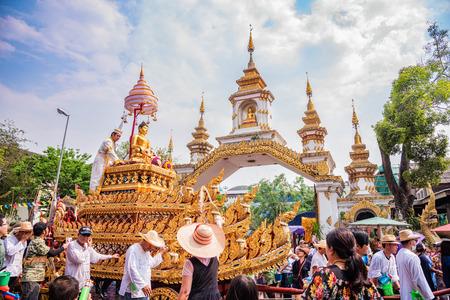 チェンマイ チェンマイ タイ 4 月 13:Chiang 舞ソンクラン祭り。入浴仏・ プラシンの伝統は、年間ベースで行進しました。尊重して faith.on に 4 月 13,2016 報道画像