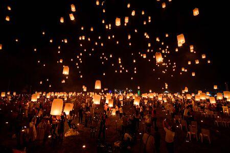 Linternas flotantes en el cielo en Loy Krathong Festival o Yeepeng Festival, ceremonia tradicional budista Lanna en Chiang Mai, Tailandia