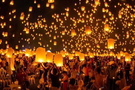 Drijvende lantaarns aan de hemel in Loy Krathong Festival of Yeepeng Festival, traditionele Lanna boeddhistische ceremonie in Chiang Mai, Thailand