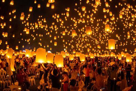 Pływające latarnie na niebie w Loy Krathong Festival lub Yeepeng Festival, tradycyjna ceremonia buddyjska Lanna w Chiang Mai, Tajlandia