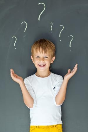 believe: Niño con muchos signos de interrogación