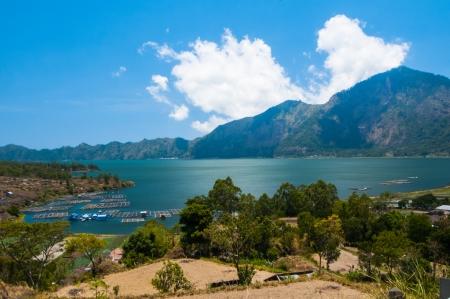 jezior: Krajobraz Batur wulkan i jezioro Batur. Wyspa Bali, Indonezja Zdjęcie Seryjne
