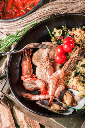 Fried rice with squid, prawns and shellfishes in old pan
