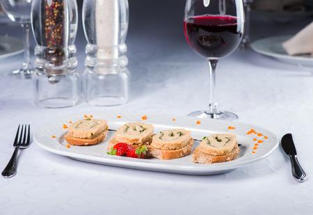 Kleine Sandwiches mit Paste von kleinen Kaninchen Standard-Bild