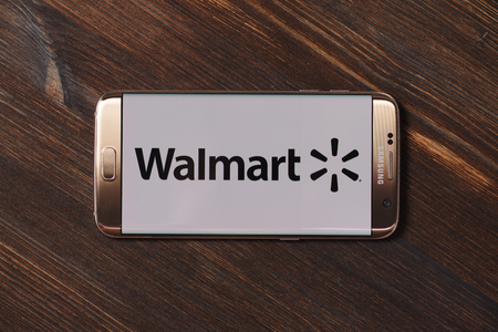 Kazan, Russian Federation - Aug 5, 2018:Walmart app logo on Samsung Galaxy S7 Edge phone screen Éditoriale