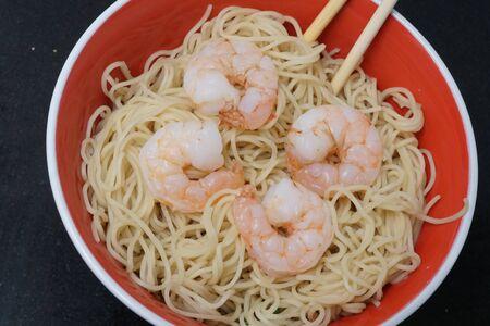 shrimp noodles Imagens - 98357039