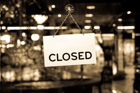 Un segno chiuso appeso in una vetrina di un negozio Archivio Fotografico - 45106348