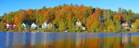 秋の色、秋の紅葉が湖に反映