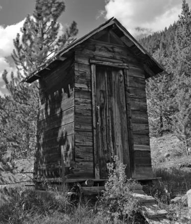 Oud blokhuis in verlaten mijnstad, de Westelijke VS