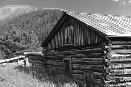 Oude blokhut in verlaten mijnstad, westen van de VS Redactioneel