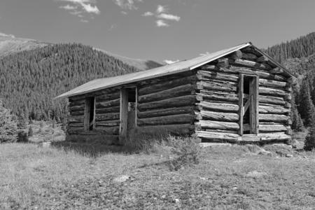 廃坑の町、西部アメリカの古い丸太小屋