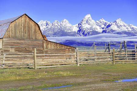 納屋とグランド ・ ティトン ティトン山脈、グランドティトン国立公園、ワイオミング、米国 写真素材