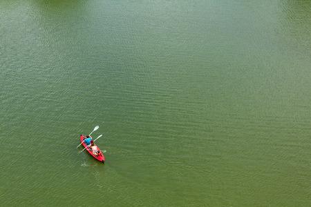 �ber Wasser: schwimmend