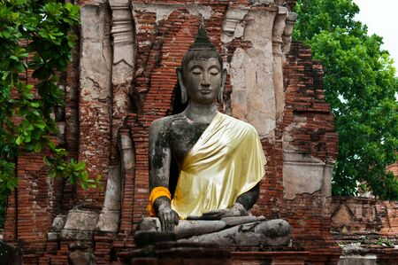‫Image of the buddha at Wat Mahathat in Thailand photo