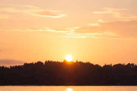 The sun sets behind the mountain, Bang Tao beach, Phuket, Thailand 免版税图像