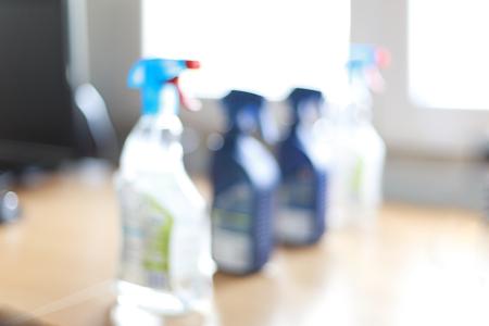 desinfectante: borrosa botella de spray de limpieza para el hogar desinfectantes. Foto de archivo