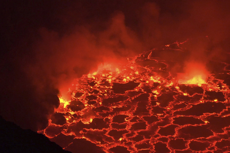 Mouth of the volcano with magma. Molten magma in the muzzle. Banque d'images