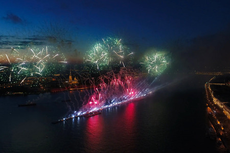 Salute Scarlet Sails. The festive salute is grandiose. Fireworks pyrotechnics. 免版税图像