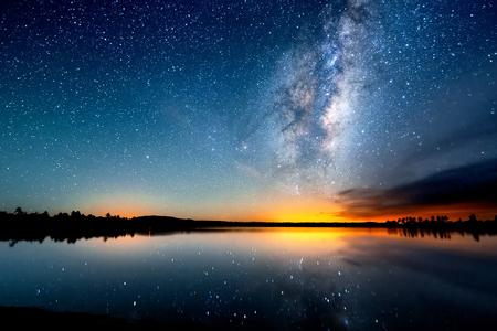 De sterrenhemel, de melkweg. Foto van lange blootstelling. Nacht landschap. Stockfoto