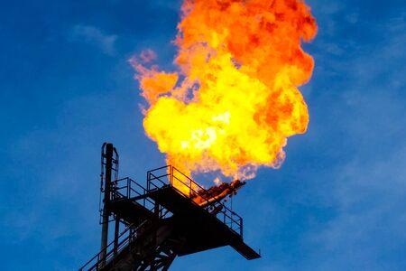 Spalanie pochodni w pochodni spalającej gaz ziemny towarzyszący na platformie wiertniczej Zdjęcie Seryjne