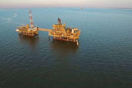 Plateforme de forage dans le port. Remorquage de la plateforme pétrolière. Banque d'images