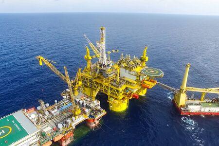 Plateforme de forage dans le port. Remorquage de la plateforme pétrolière.