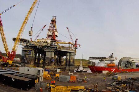 UKC, North Sea - December 18, 2019: Drilling platform in the port. Towing of the oil platform. Standard-Bild - 143815429