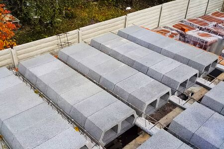 Construction of inter-storey floors during the construction of an apartment building. Empty floors. Standard-Bild
