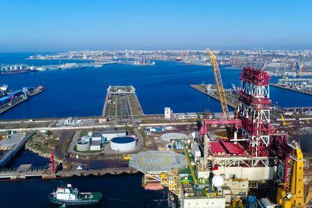 Drilling platform in the port. Towing of the oil platform. Banque d'images