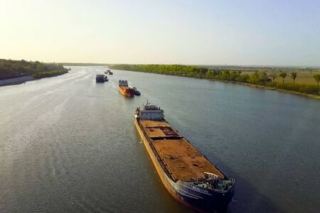A cargo barge floats along the river. Cargo ship Banque d'images