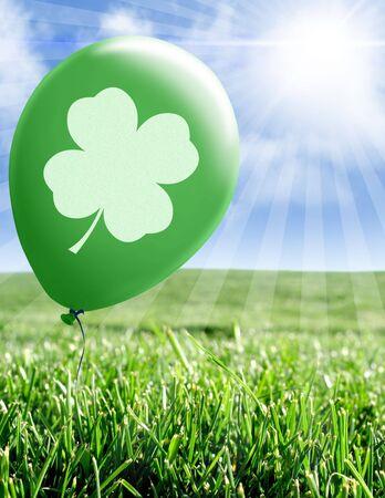 緑の草原の緑の風船に四葉のクローバー