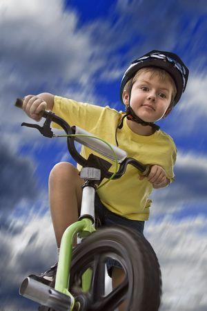 Junge Reiten seinem Fahrrad, niedrige Winkel gedreht Standard-Bild - 3256438