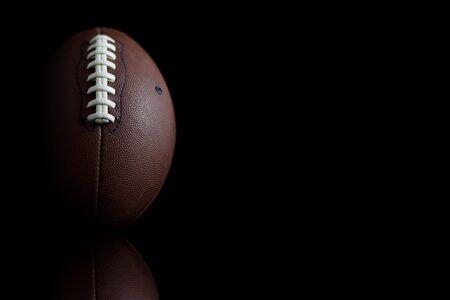 Voetbal geschoten met ruimte voor tekst op zwart