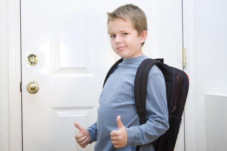 ni�os saliendo de la escuela: Muchacho listo y enthusiatic acerca de volver a la escuela Foto de archivo